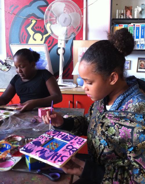 smART participant making art